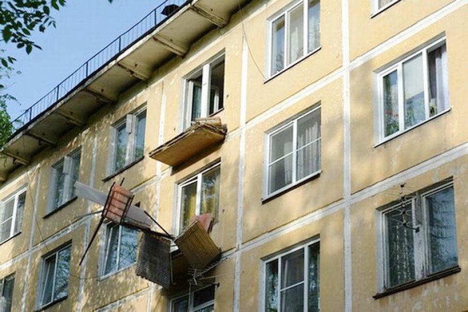 Женщина погибла, упав с балкона.