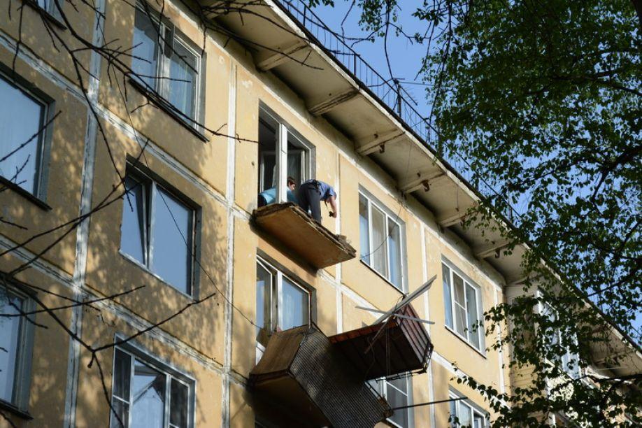 Заметили повреждения конструкций балкона - сразу обращайтесь.